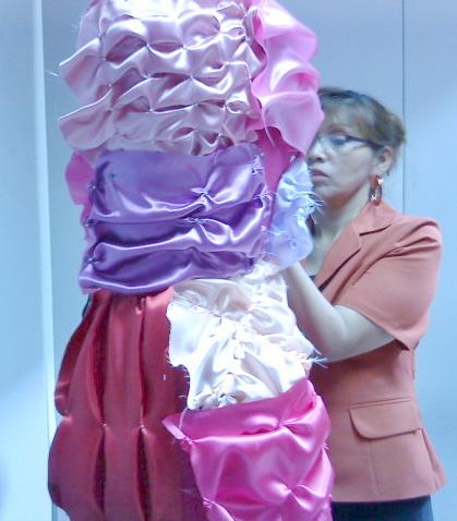 Angelica verificando muestras  de drapeado manual