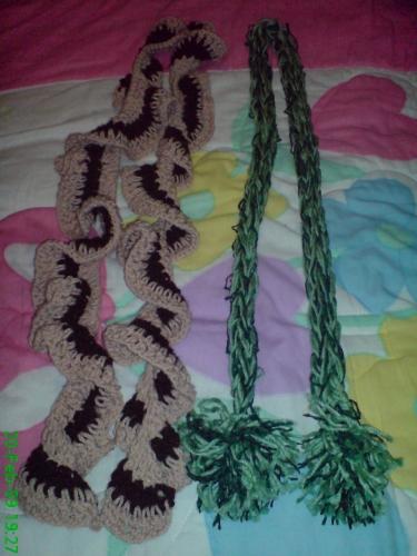 Bufandas a gancho y la otra con telar maya